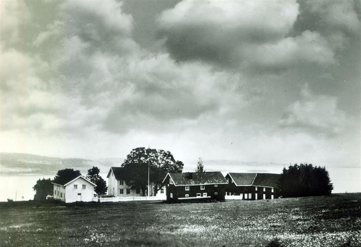 Slik så det gamle gårdsanlegget på Starum ut etter århundreskiftet. Hovedbygningen ble i en artikkel kalt