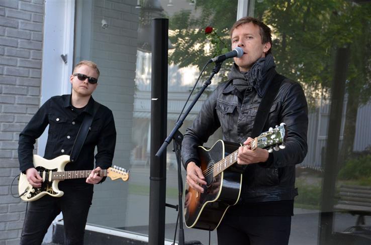 Alexander Rostad (t.v.) og Morten Hammerseng underholdt publikum utenfor Audheimgården.