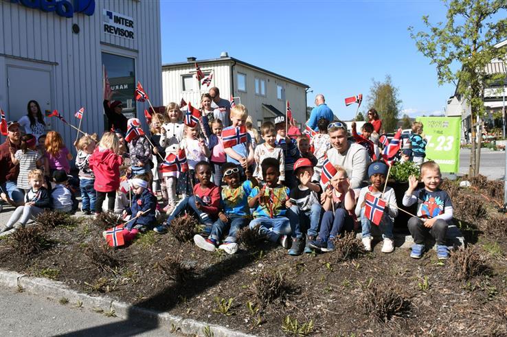 Barna i Lena FUS barnehage har allerede startet festen. I dag er de ute og marsjerer i gatene på Lena. Her med is og flagg.