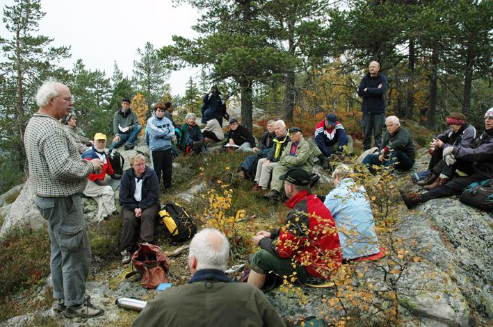 Arkeolog og kulturhistoriker Tom Haraldsen (lys genser) holdt foredrag på toppen ved Skjeppsjøen i 2005. Han punkterte brutalt forestillingen om borgen som borg.