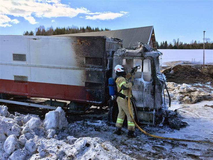 Brannvesenet har fått slukket brannen i lastebilen.