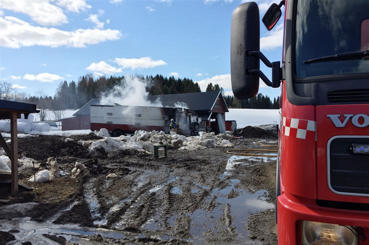 En dyretransportbil begynte å brenne i Ringdalsvegen.