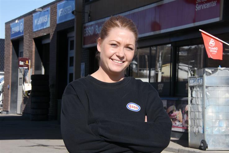 Hun er blitt kvinne i eget hus, Lene Smedsrud. Heretter eier hun Esso-stasjonen på Skreia.
