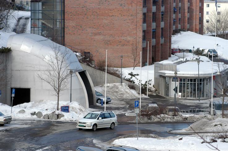 """Inngangspartiet, med den såkalte """"hjelmen"""", var mye omdisktutert. Bildet er tatt i 2004, før inngangspartiet ble bygd om. Egentlig het kunstverket av Per Inge Bjørlo """"Portal""""."""