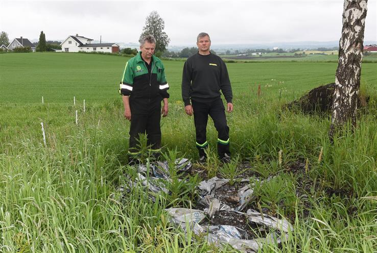 Grunneierne Per Anton Aaseth og Kolbjørn Gjestvang er oppgitt over hvor mye søppel som ble liggende etter entreprenøren.