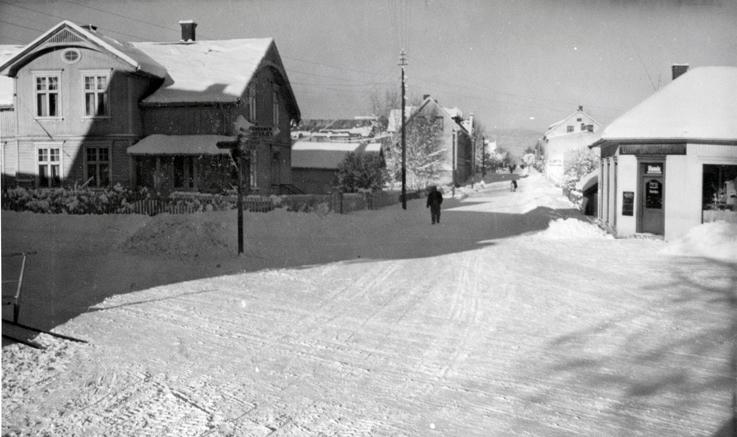 Vinterlig på Kvisgårdshjørnet en gang på 1930-tallet. Leivestadgården til venstre og Skundbergs butikk på hjørnet.