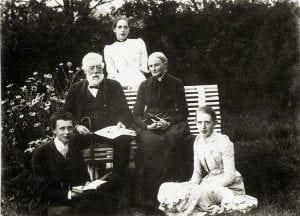 Legepioneren Marie Kjølseth, bakerst, fotografert i hagen på Kjølseth på Skreia med familien.
