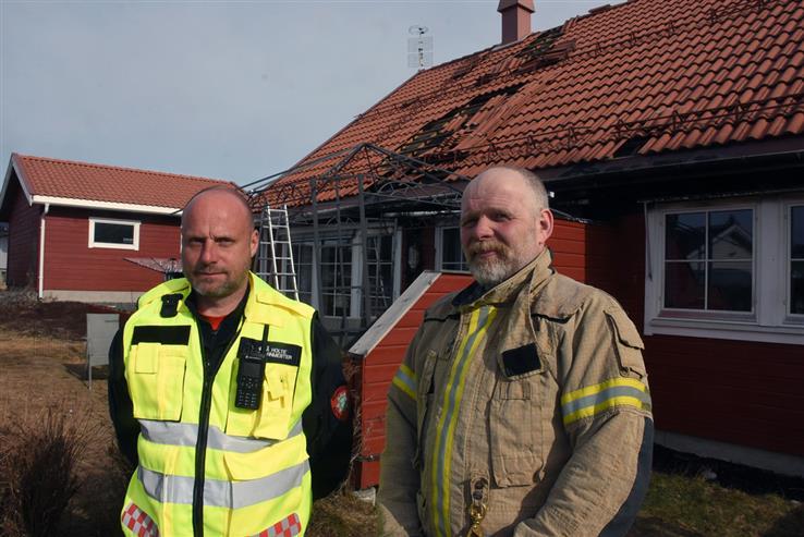Innsatsleder Svend Åge Holte (til venstre) sier den tidlige varslingen var viktig. Brannkonstabel Bjørn Ivar Gjestrumbakken oppdaget selv brannen i Kolbu og bidro etterpå i slukkingsarbeidet.
