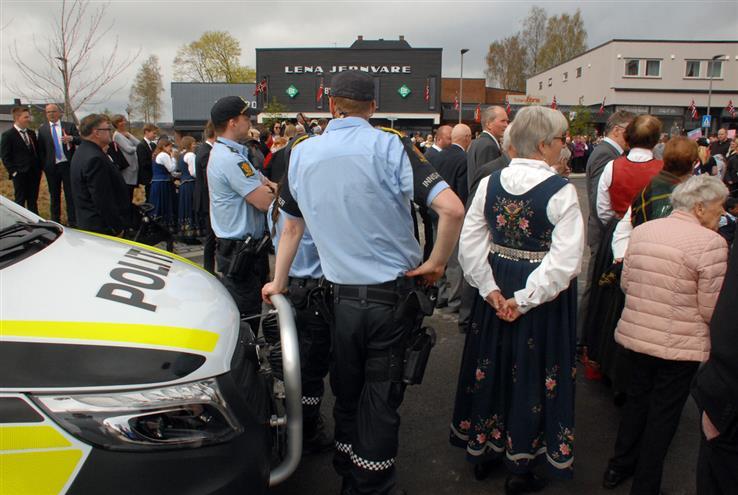 Innsatspersonellet i politiet skal bære våpen 17. mai. I 2017, da dette bildet ble tatt, hadde politiet pistolhylster, men holdt tjenestevåpnene inne i bilene her på Lena.