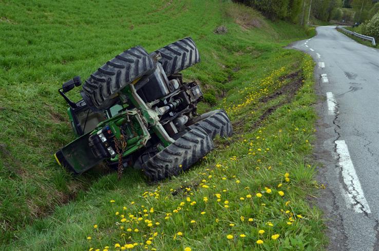 Denne traktoren havnet mandag utfor vegen i Vømmølsvika.
