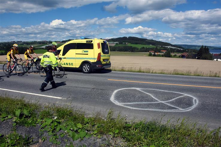 Etter uhellet der tre syklister ble skadd, sørget arrangøren for å få søkket i vegbanen merket.