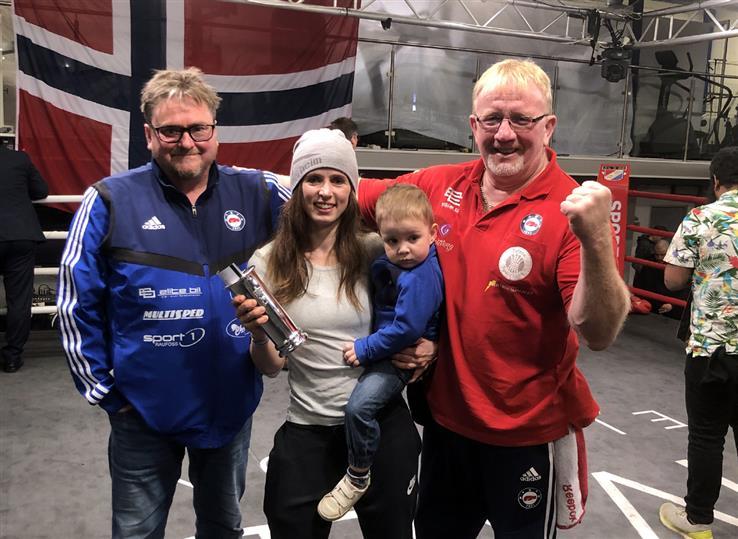 All grunn til å feire. Søndag ble Camilla Johansen, her med sønnen Lukas, norgesmester. Ole Alex Wetten og Erik Dahlen jubler med.
