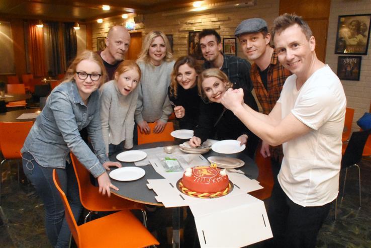 De medvirkende i Kjellas festforestillng feiret med lekker marsipankake. Det hadde de all grunn til.