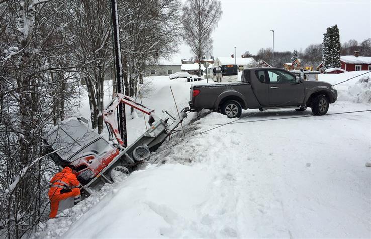 En pickup med en minigraver fikk trøbbel ved Håjen fredag morgen.