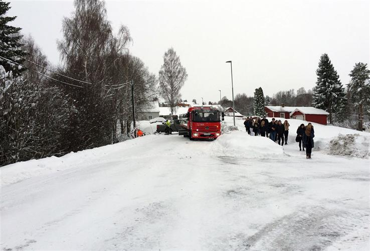 Skoleelevene startet dagen med en rusletur i retning skolen.