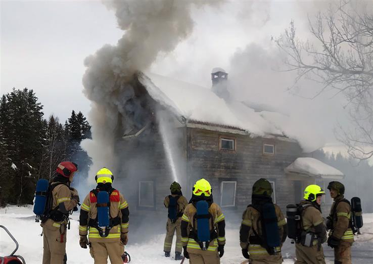 Den gamle husmannsstua på Hagebakken på Bilitt brennes ned tirsdag.