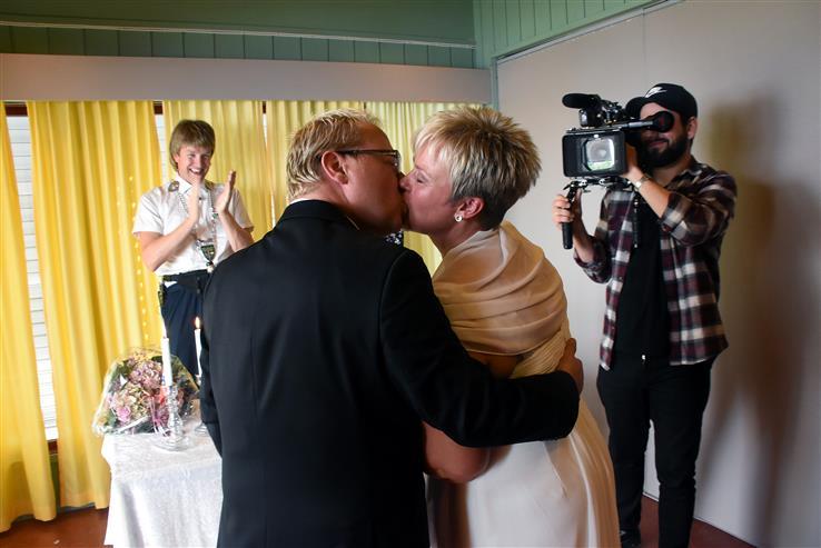 Alle involverte svarte ja, og dermed kunne Håkon Skaug applaudere et nygiftkyss.