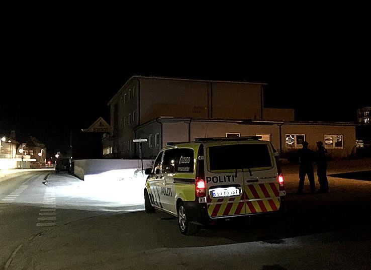Foreløpig har ikke politiet noen god beskrivelse av ranerne på Raufoss, men håper å få det etter avhør av den ansatte som ble ranet.