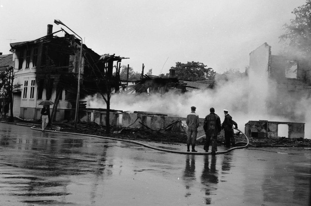 Mange branner har endret Gjøvik sentrum. Hotell Viktoria brant i 1963. (Foto: Mjøsmuseet).