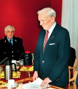 Torleiv Tufte (stående) i forbindelse med åpning av nytt lensmannskontor på Lena i 2001. Han var da pensjonist. (Arkivfoto: Jon Olav Andersen).
