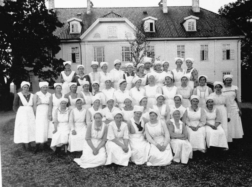 Et kull på husmorskolen på Hunn, årstallet er ukjent. (Foto utlånt fra Mjøsmuseet).