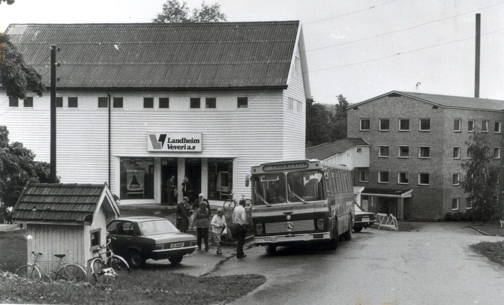 Det ble stadig arrangert bussturer til Landheim veveri og fabrikkutsalget. Bildet er tatt på 1980-tallet. (Foto: Jon Olav Andersen).