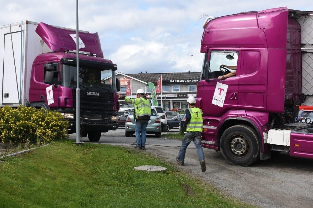 Hjelp fra vajer og lastebil måtte til for å dra løs vogna i Lenaparken.