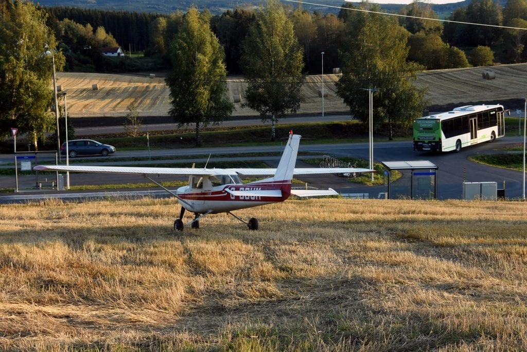 Etter nødlandingen ble flyet snudd og trillet et stykke. Her står det like ved fylkesveg 33 på Bilitt.