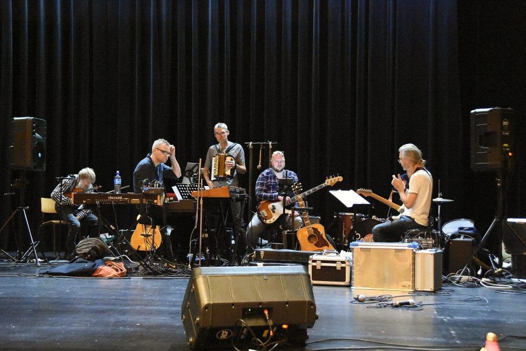 Et relativt kompetent band er med på laget. Fra venstre: Nils Edvard Stokke, Morten Reppesgård, Jeroen Linnenbank, Jan Tore Øverstad, Jon Anders Narum og Trond Augland.