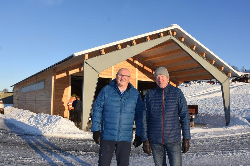 Dette er et stor løft for naturbrukslinja på Valle, sier Åge Flægstad (til venstre) og Torfinn Overn.