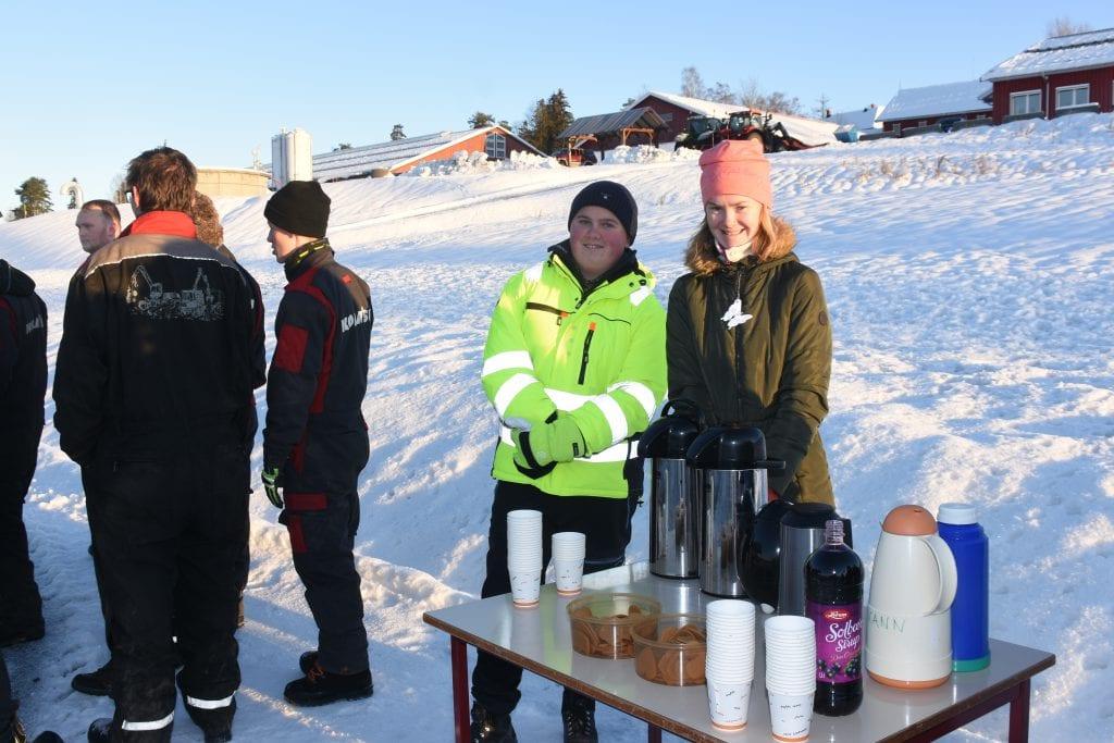 Sunniva Slemmestad og Nikolay Hasli Olderheim, begge elever ved linja for livsmestring, sørget for at gjestene fikk kaffe og pepperkaker.