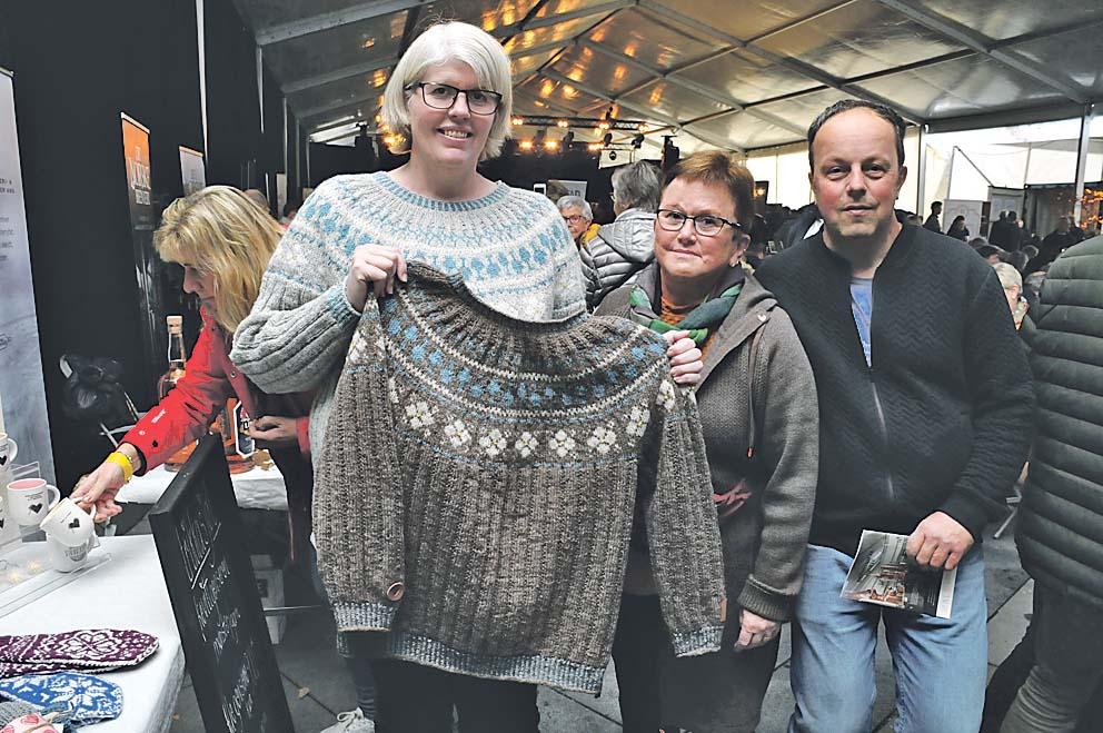 Ingrid Moen Sande og John Ole Sande fra Sunndalsøra besøkte akevittfestivalen på Gjøvik, og Ingrid fikk med seg strikketøy hjem.