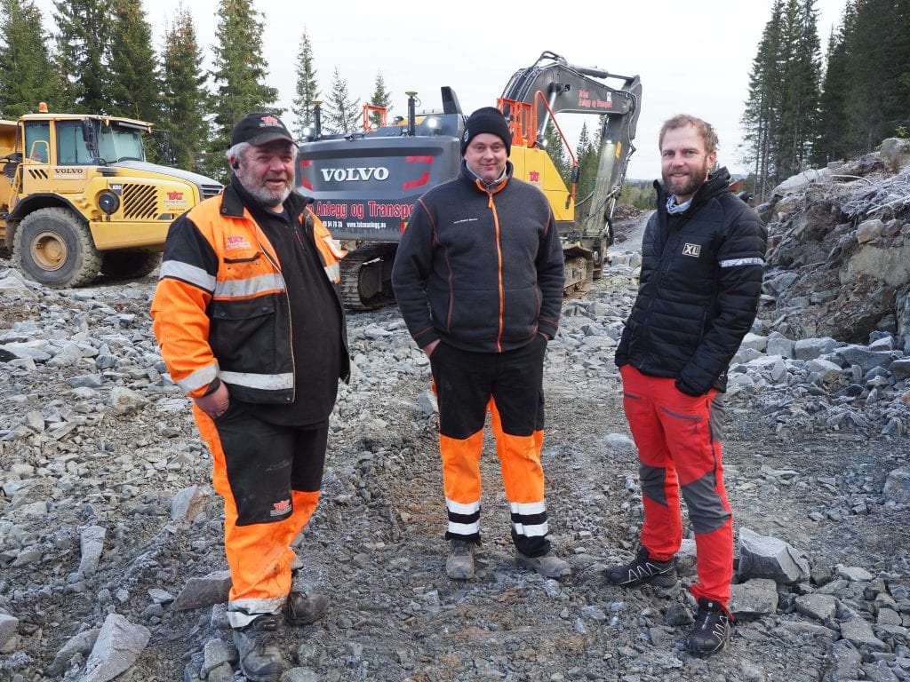 Geir Arne Haugli (fra venstre), Svein Arne Stuen og Rolf Børstad sørger for å knytte sammen Knutsætervegen og Svartungsvegen.
