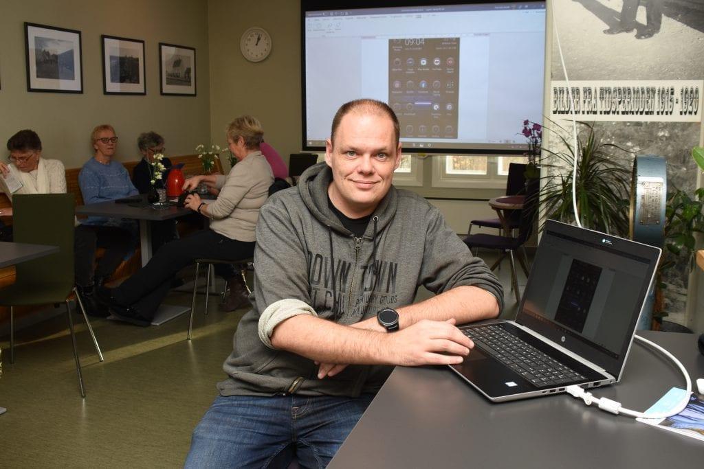 Tom Erik Stende henter seniorer inn fra det digitale utenforskapet.